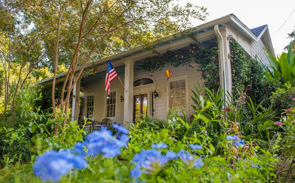 Southern style house in Natchez surrounded by lovely gardens. An Airbnb in Natchez