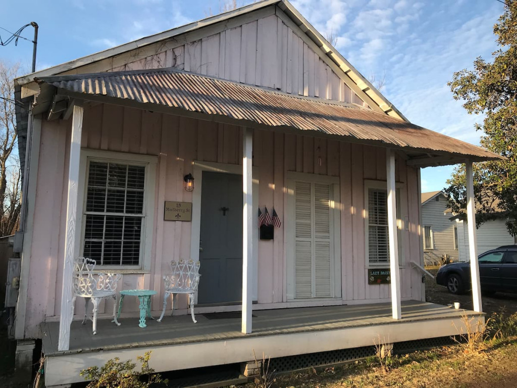 Cute little pink shot gun house called the Lazy Daisy an airbnb in Natchez MS